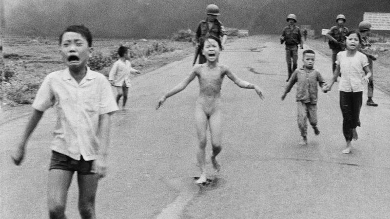 kinder rennen auf der strasse von soldaten davon