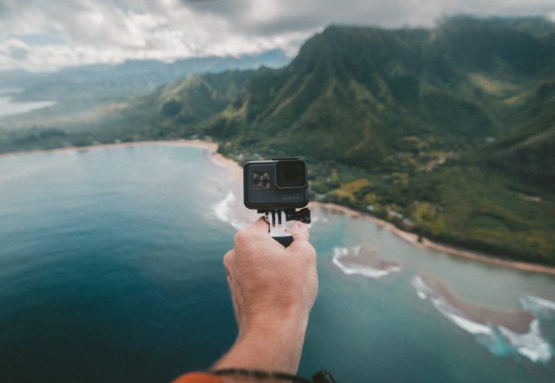 mann haelt kleine 360 grad kamera in die luft