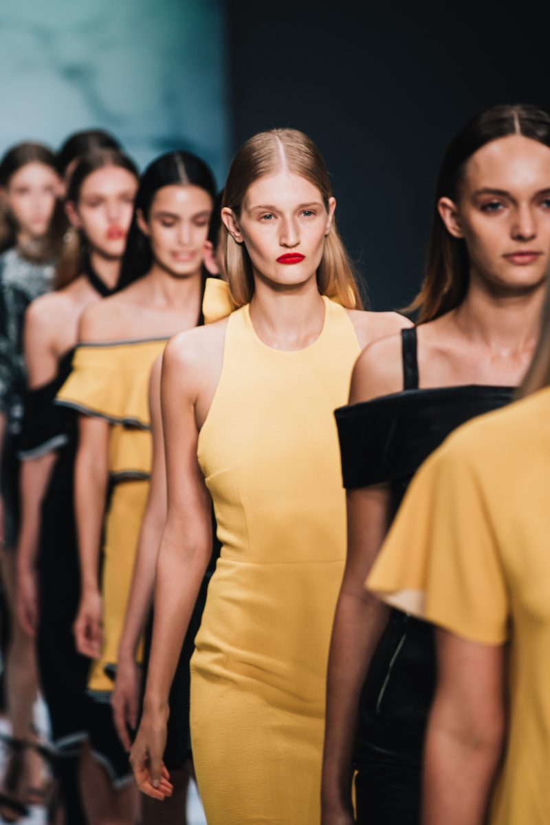 models waehrend modenschau