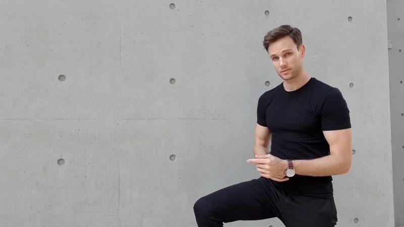 Model Posen - Standpose für den Mann mit angewinkeltem Bein