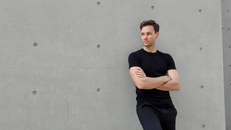 Model Posen - Pose Mann an einer Wand
