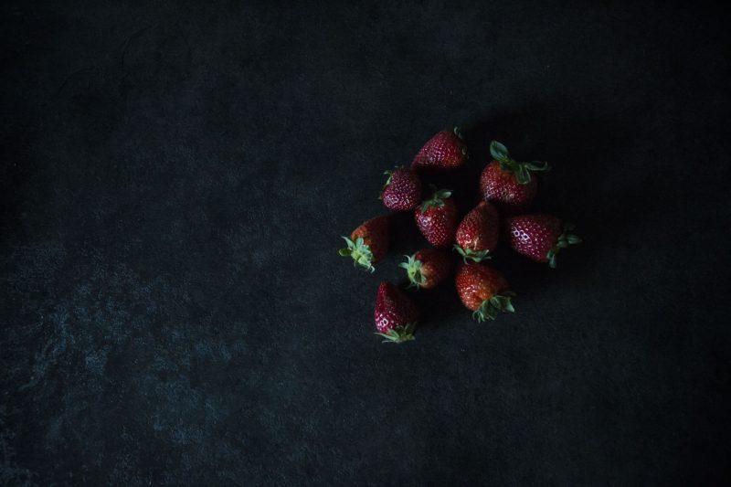 erdbeeren in einem dunklen raum
