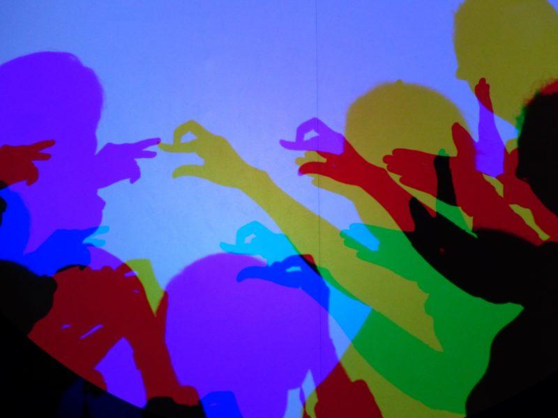 additive und subtraktive farbmischung veranschaulicht in einem schattenbild