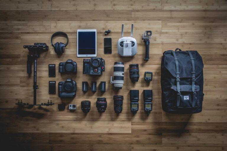 Fotografen-Ausrüstung auf Boden ausgelegt