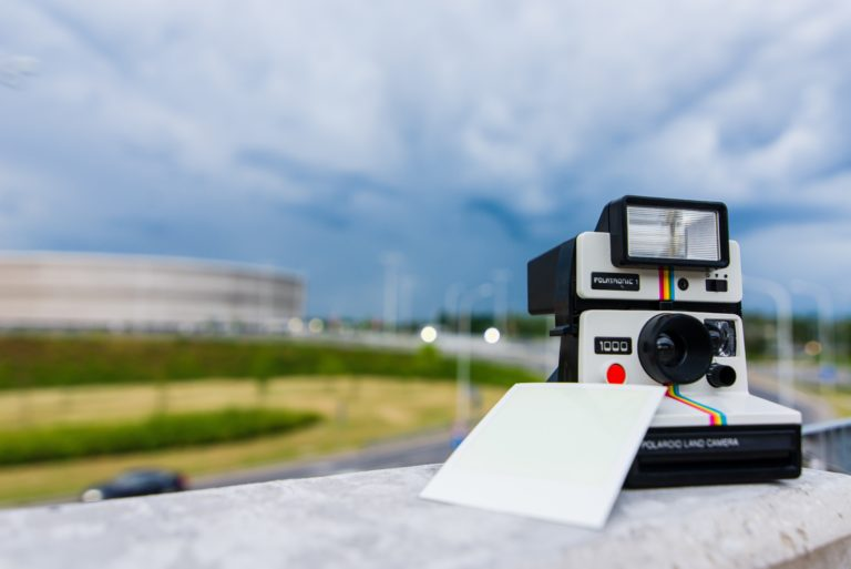 beste polaroid kamera polaroid kamera auf der wand