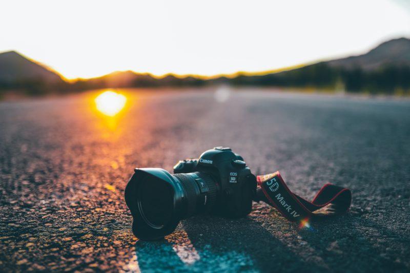 kamera auf der strasse liegend