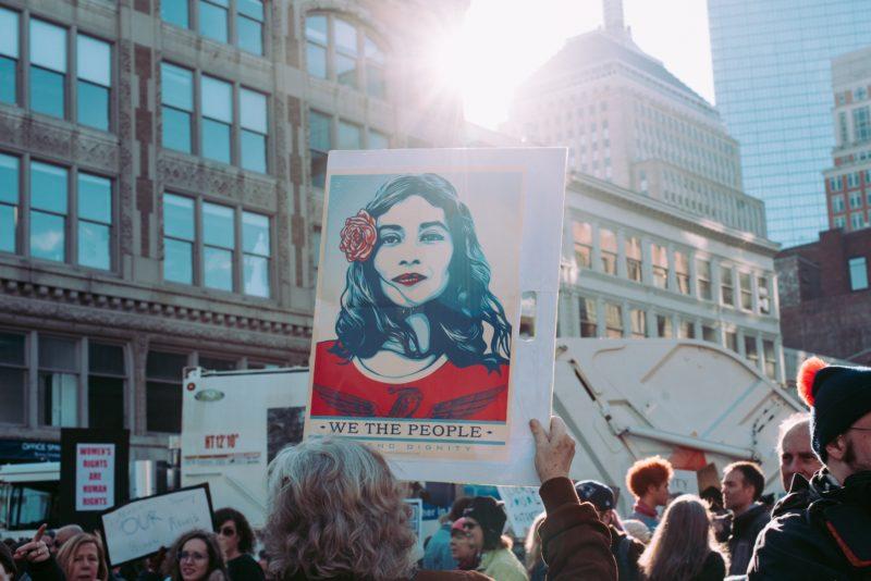 dokumentarfotografie einer demonstration mit plakat