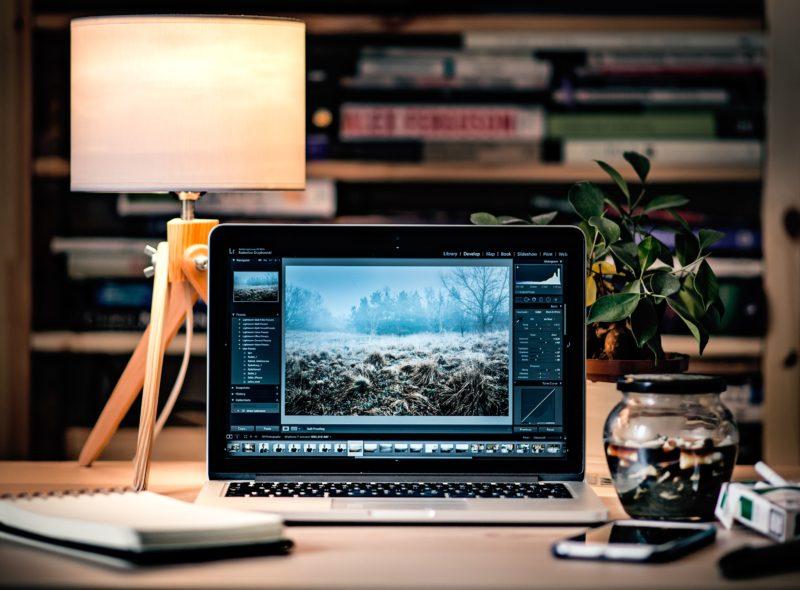 laptop auf dem tisch mit lampe