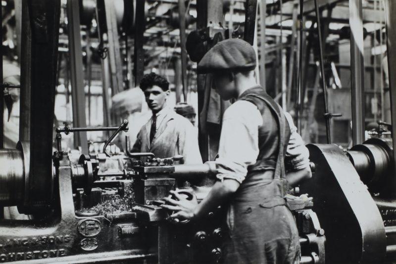 kind in einer fabrik bei der arbeit