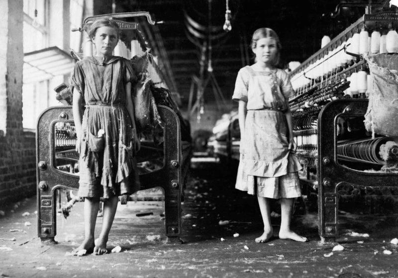 dokumentarfotografie von zwei kinder in einer fabrik als kinderarbeiter
