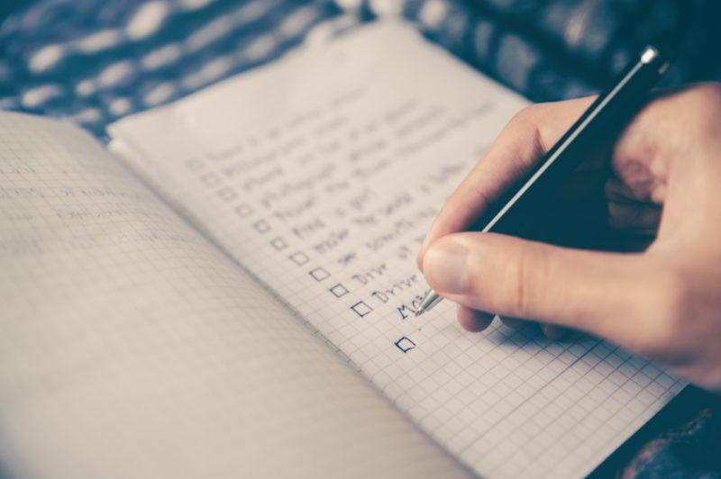 notizbuch mit stift und checkliste