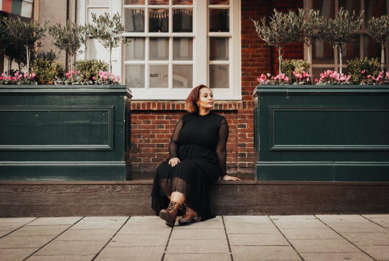 fashion model sitzend als plus size model