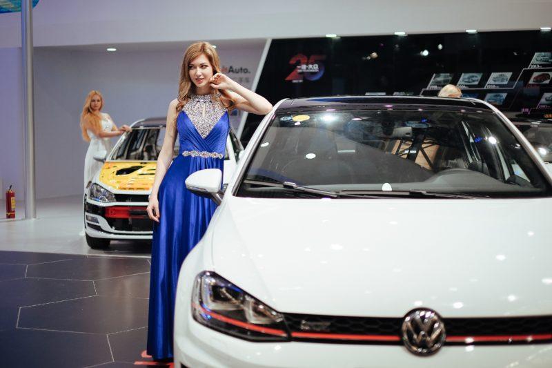 fashion model posiert neben einem auto