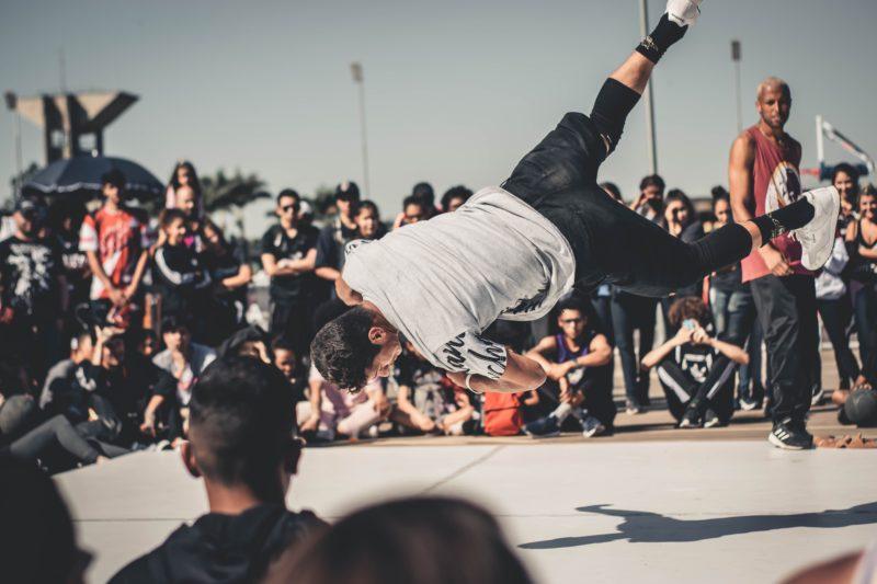 mann schwebt beim tanzen in der luft