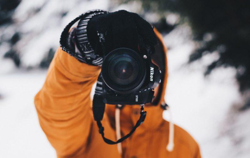 sensorgrösse mann mit nikon kamera