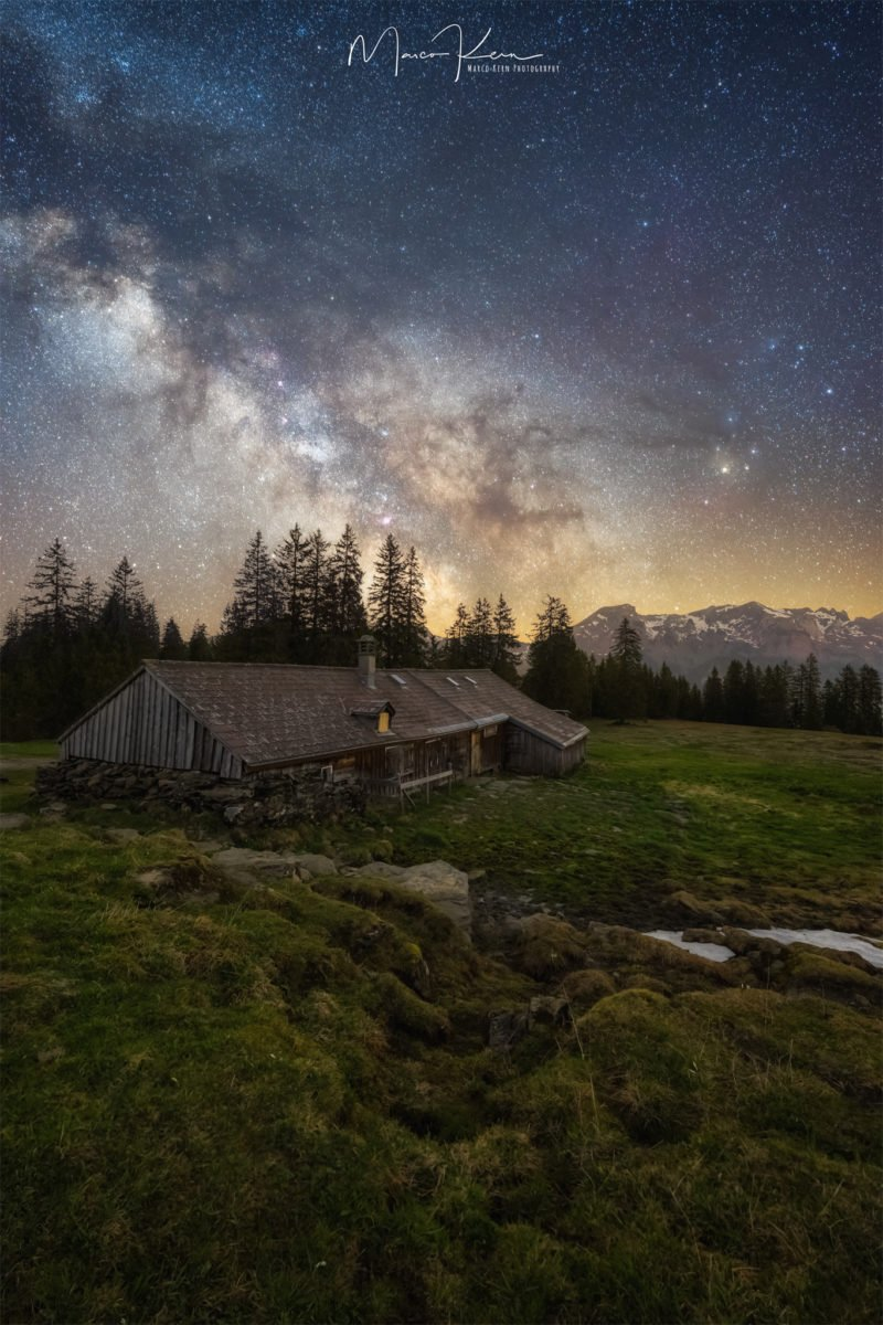 milchstrasse fotografiert mit scheune im vordergrund