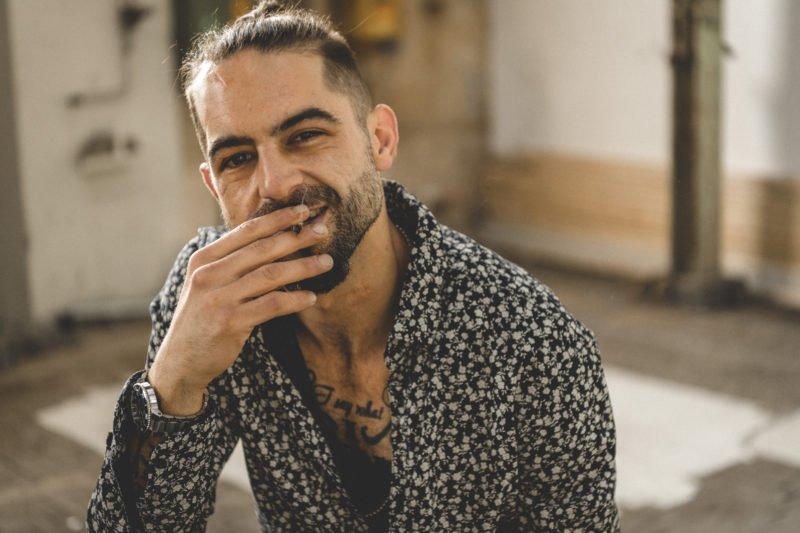 athentisches bild eines rauchenden mannes