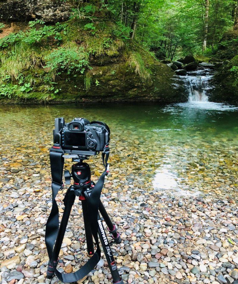 kamera steht vor gewaesser um fliessendes wasser zu fotografieren