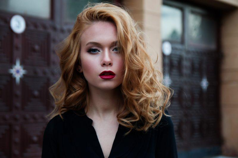 blondes model mit rotem lippenstift
