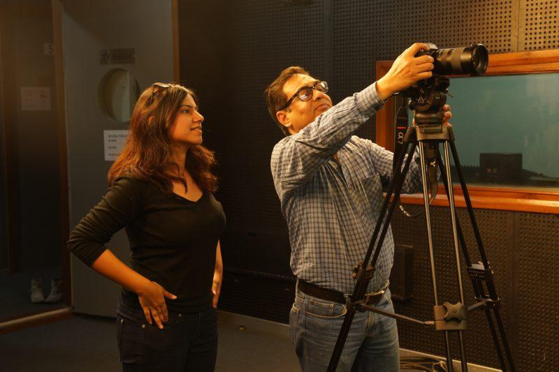fotograf zeigt teilnehmer kamera