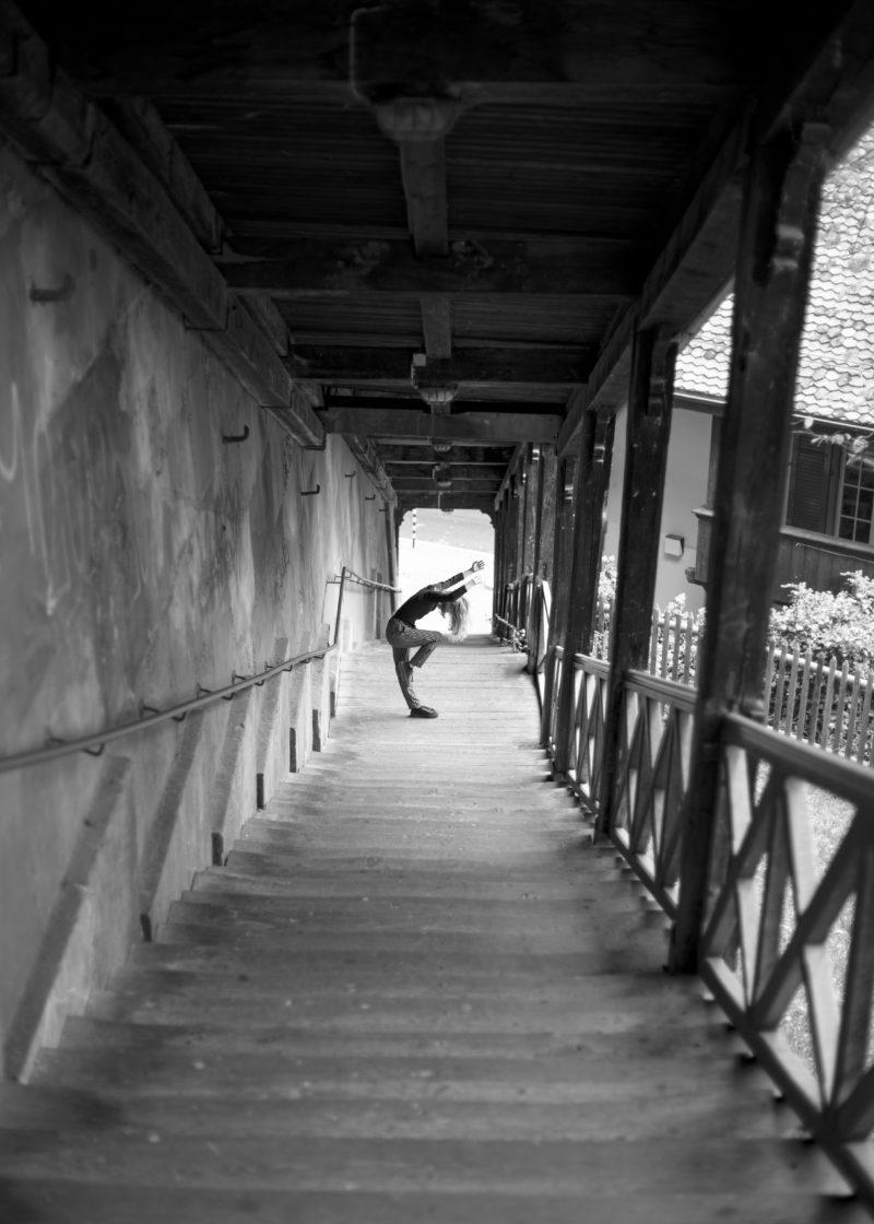 taenzerin unterhalb einer treppe als portrait