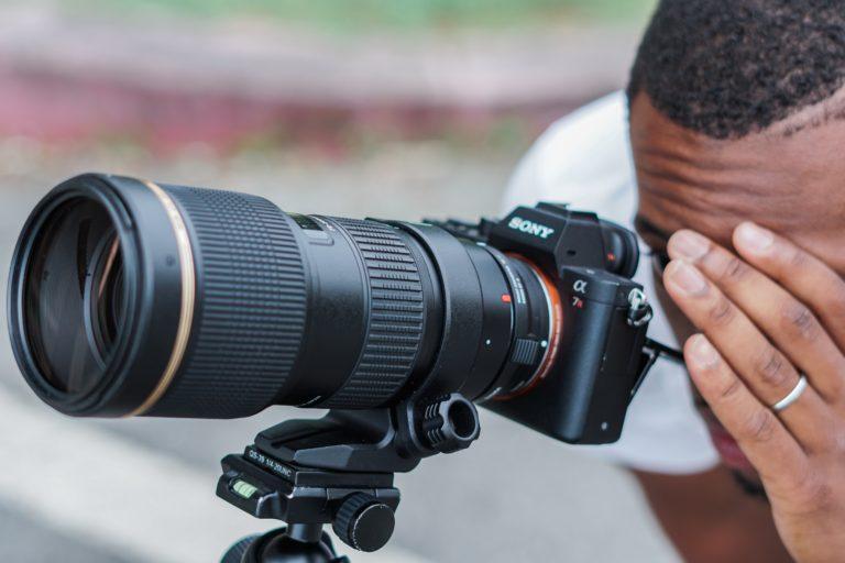 sony objektiv kompabilität mann schaut in kamera