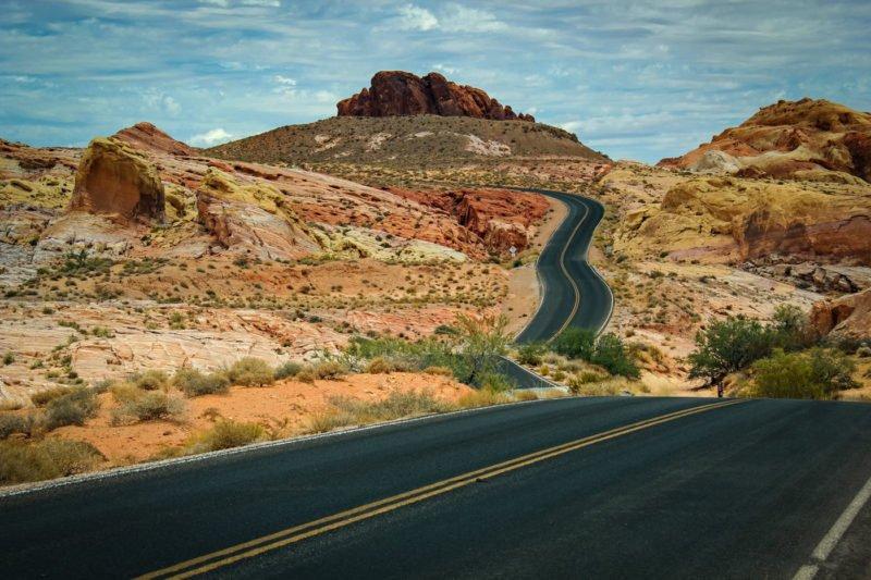Führende Linien Strasse führt durchs Bild