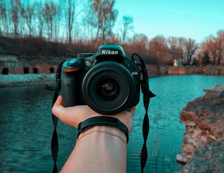 beste spiegelreflexkamera d5200 auf hand vor fluss