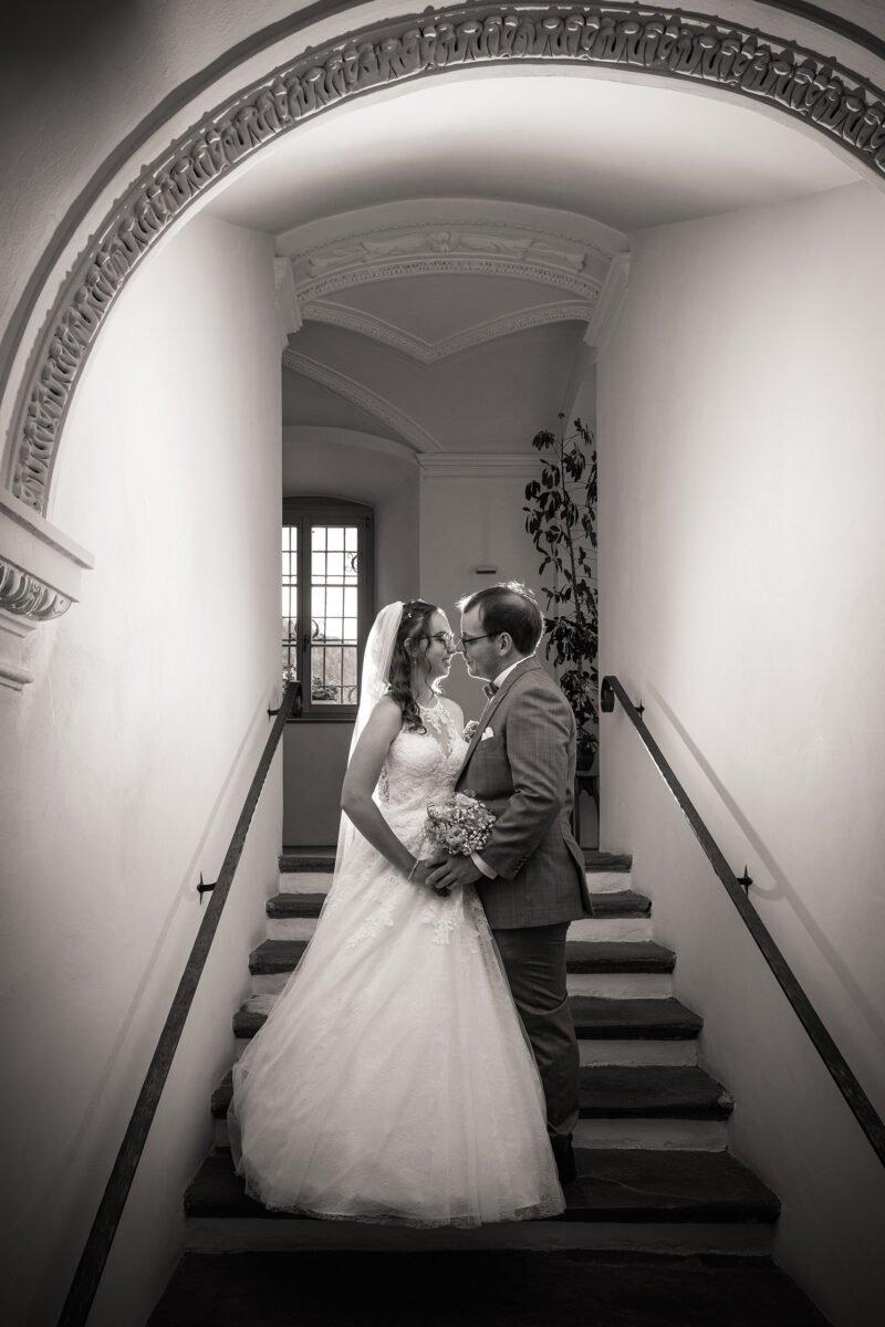 brautpaar posiert auf treppe