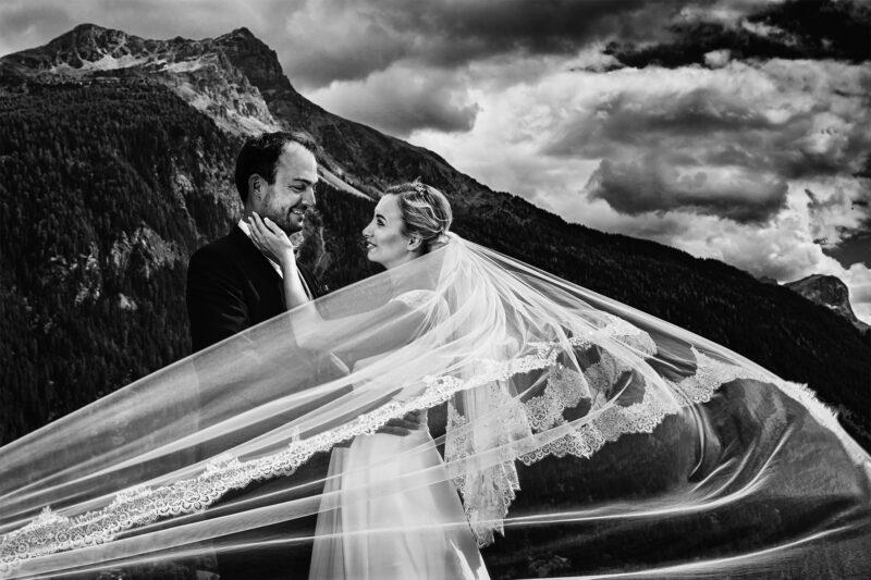 hochzeitspaar vor berglandschaft schwarz weiss fotografiert