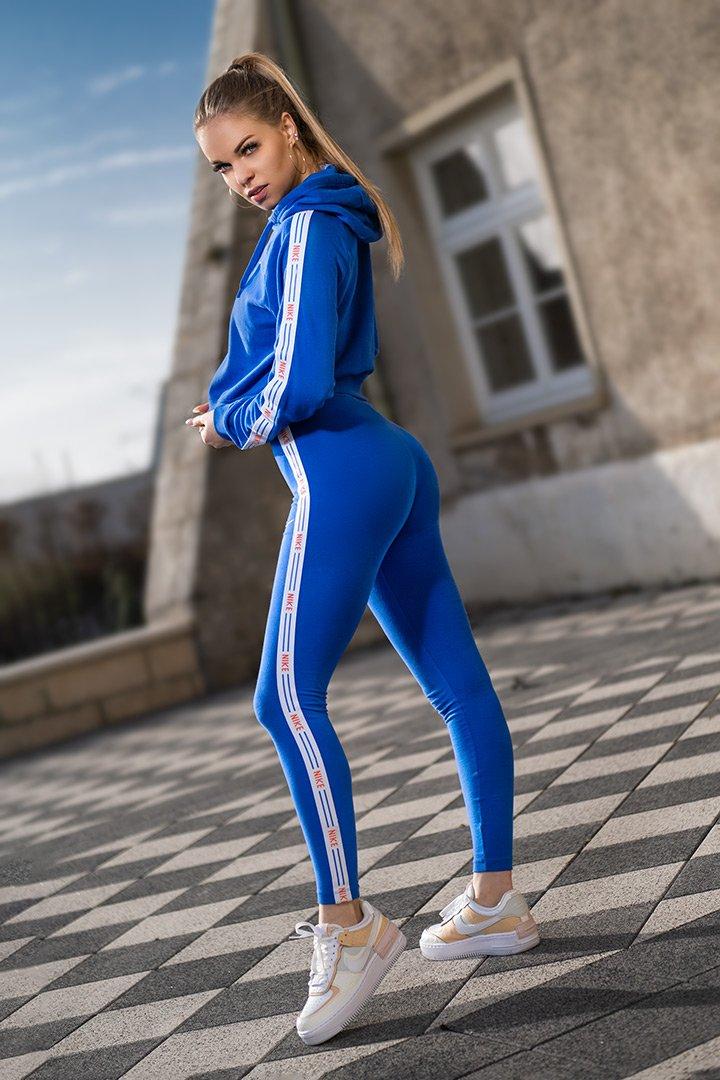 kontrastreiche fotos model im blauen trainingsanzug