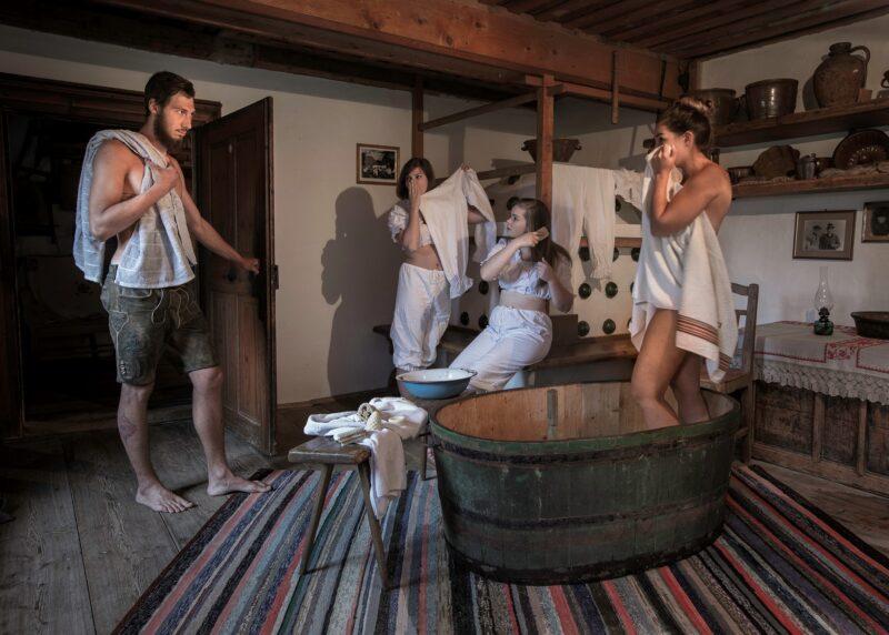 familie insziniert alten brauch von der badezeit im trog