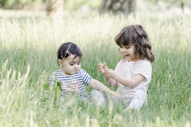 outdoorshooting mit kinder in hohem gras