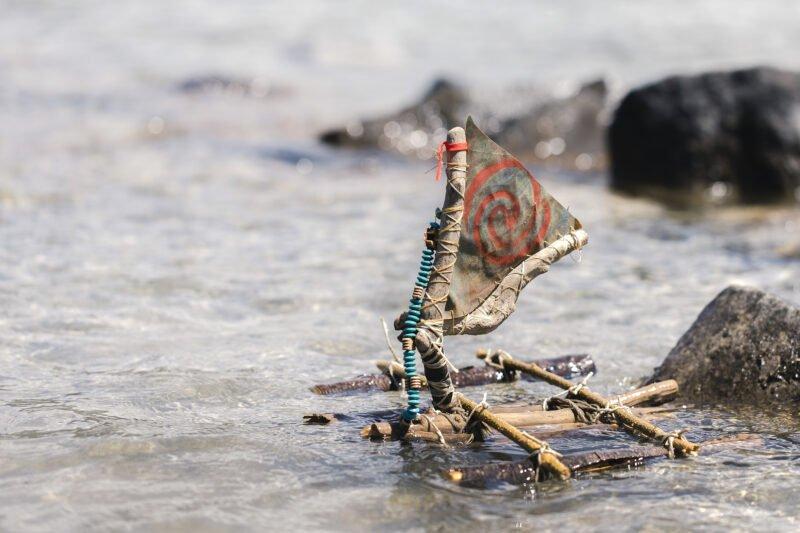 gebasteltes boot aus kleinen holzteilen auf dem wasser