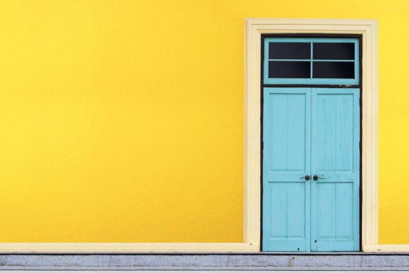 Blaue Haustür gelbe Wald kreative Fotoidee