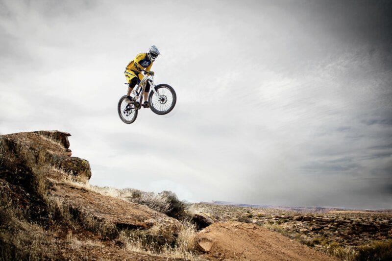 Einfrieren eines sich bewegenden Mountainbikers