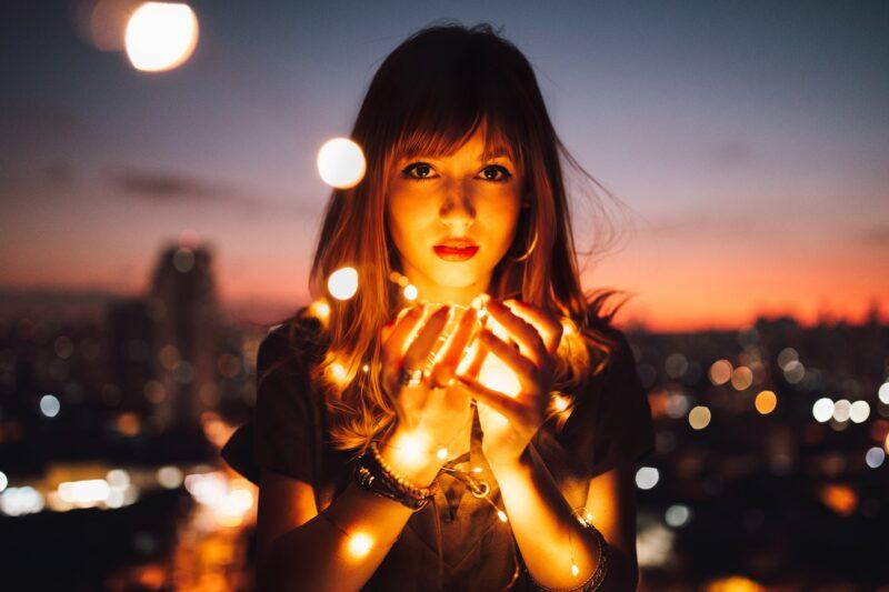 Frau mit Lichterkette Fotoidee