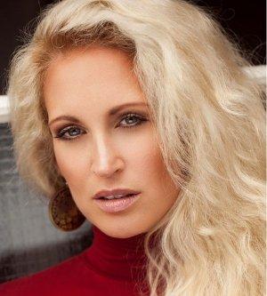 Model Nadine H