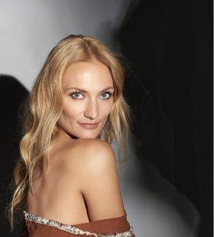 Model Hana W